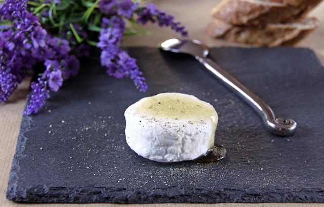 ziegenkäse mit lavendelhonig, Foto fotolia © kristina rütten