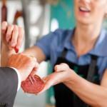 Metzgereifachverkäuferin vermählt Kalbsleberkäse und Kalbsleberwurst. Trauzeuge: ein Hausmann