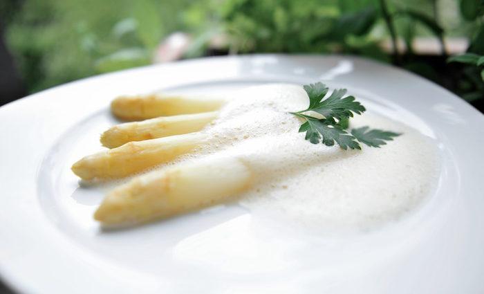 Schnelles, raffiniertes Rezept: Spargel mit Parmesanschaum