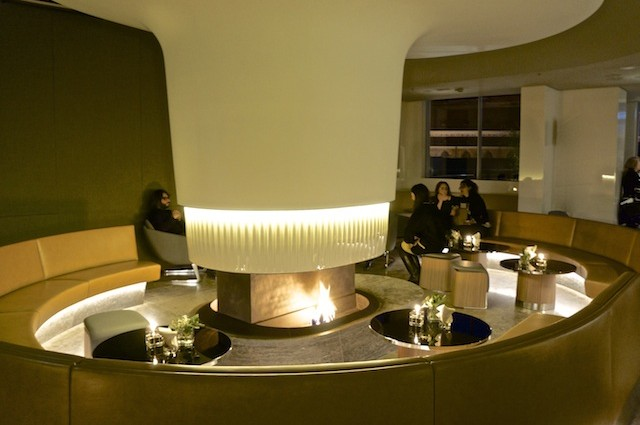 """Wintergarten-Lounge im Bayerischen Hof. Gäste genießen """"a world of its own"""""""