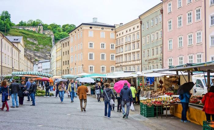 Grünmarkt in Salzburg. Nicht nur Gemüse.