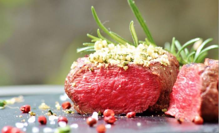 Rezept: Rinderfilet mit Basilikum-Rucolakruste